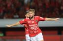 Melvin Platje juicht na een goal namens Bali United.
