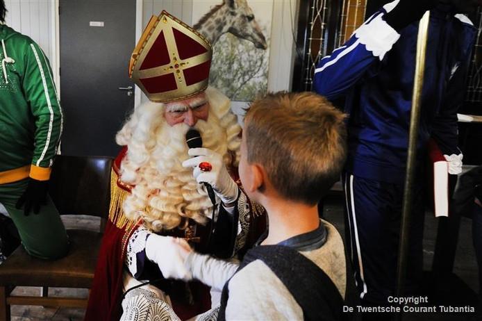 Dankzij een buurtinitiatief van Impuls en de Twentse Partypieten beleefden ruim tachtig kinderen uit Oldenzaal gistermiddag een prachtig sinterklaasfeest.