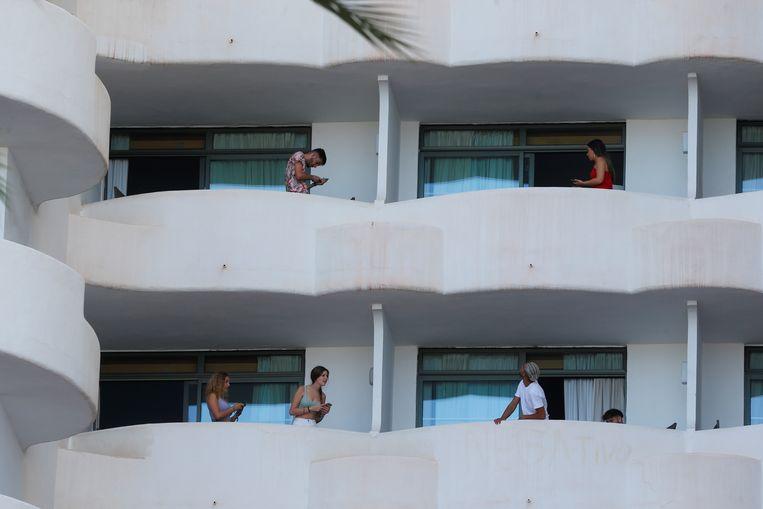 Studenten moeten na aankomst op Mallorca preventief in quarantaine in een viersterrenhotel. Beeld REUTERS