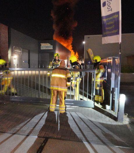 Felle brand bij bedrijfsgebouw in Wijchen, treinverkeer tijdelijk stilgelegd