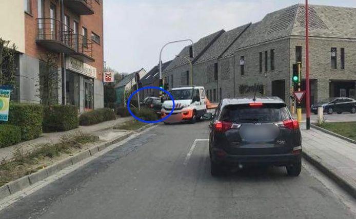 Klapband en auto in struik door geval van verkeersagressie