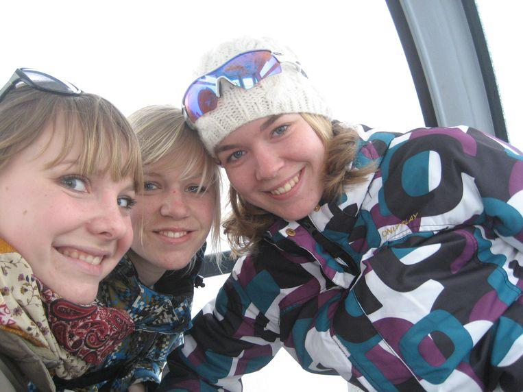 Op wintersport in Tsjechië, met schoonzus Marinde (links) en haar beste vriendin Helma.  Beeld Privéfoto