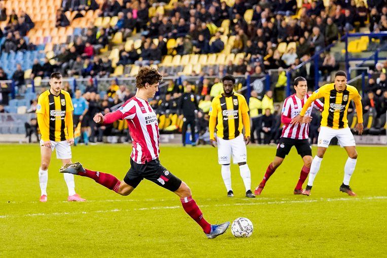 Sam Lammers benut een penalty voor PSV. Beeld Joep Leenen / ProShots