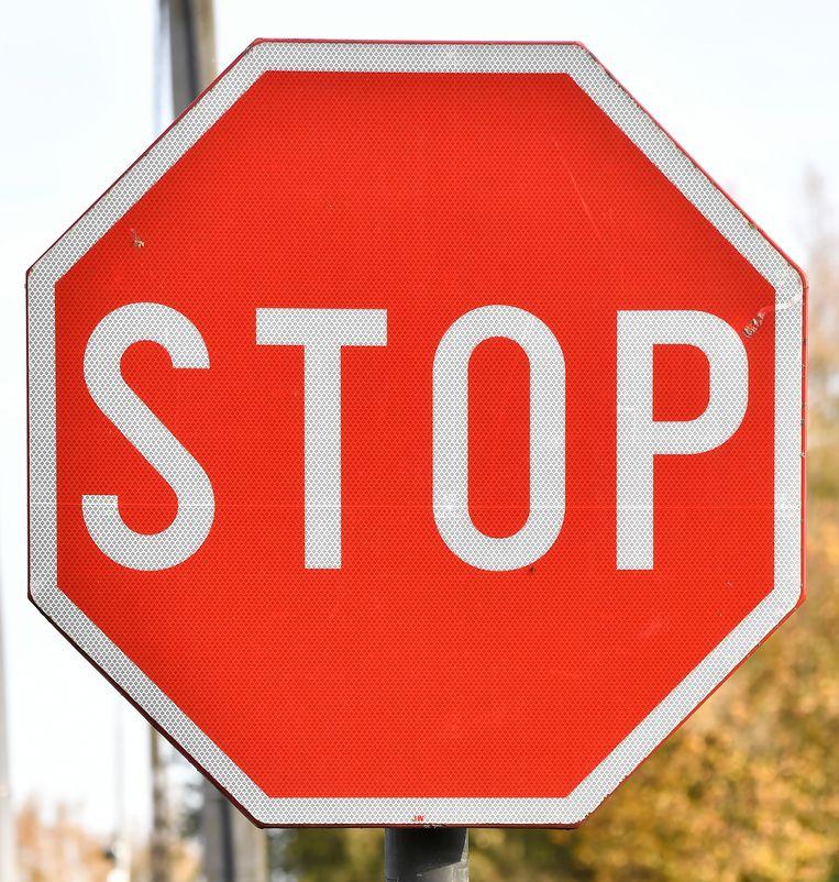 Het kruispunt krijgt stoptekens.