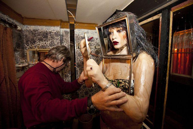 Installatie van het kunstwerk van het Amerikaanse kunstenaarsechtpaar Edward Kienholz  en Nancy Reddin Kienholz. Foto GPD Beeld