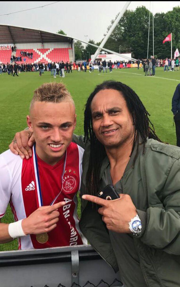 Noa Lang en zijn vader Jeffrey bij een jeugdwedstrijd van Ajax. Beeld