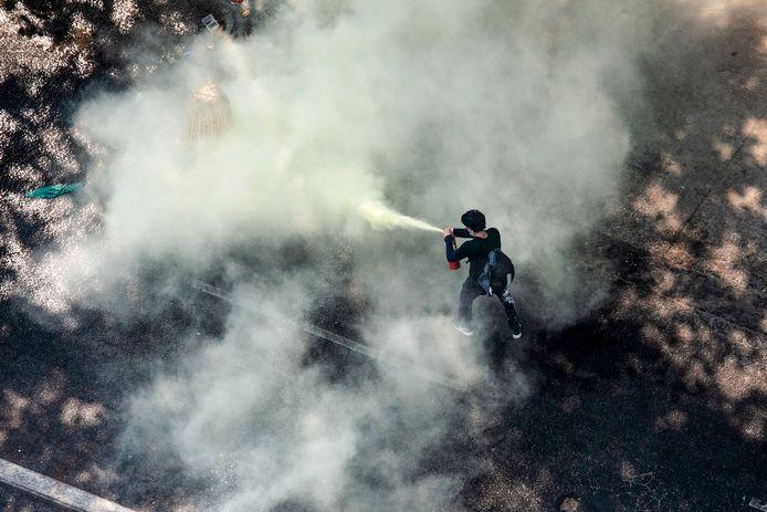 Un manifestant utilisant un extincteur à Rangoon ce dimanche.