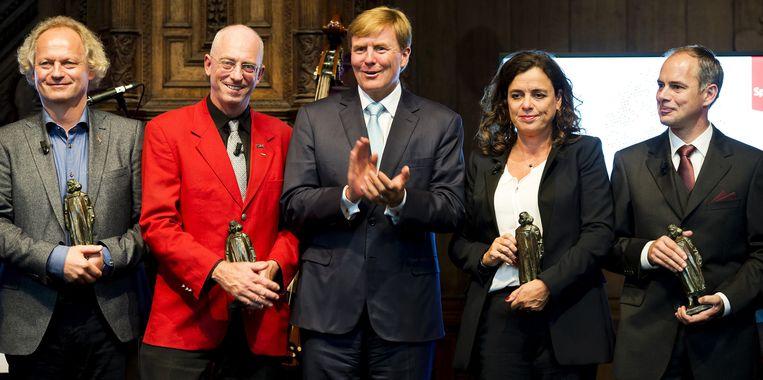 Koning Willem-Alexander (M) poseert in de Nieuwe Kerk tijdens de uitreiking van de NWO-Spinozapremies samen met de winnaars van 2014 Beeld anp