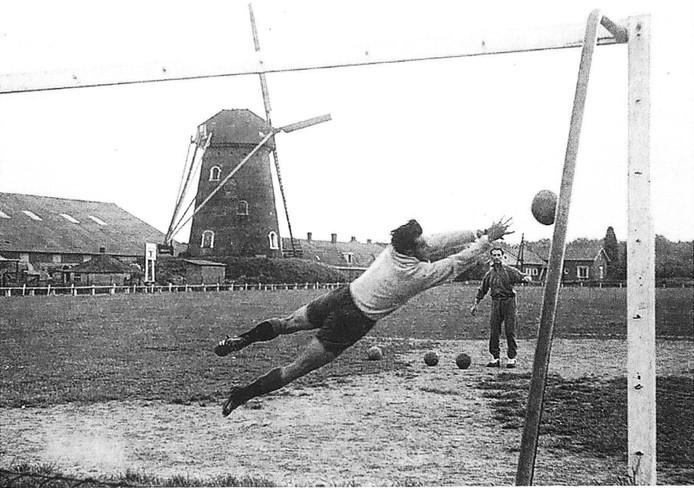 Doelman Jan Nikkelen wordt door zijn trainer onderhanden genomen.