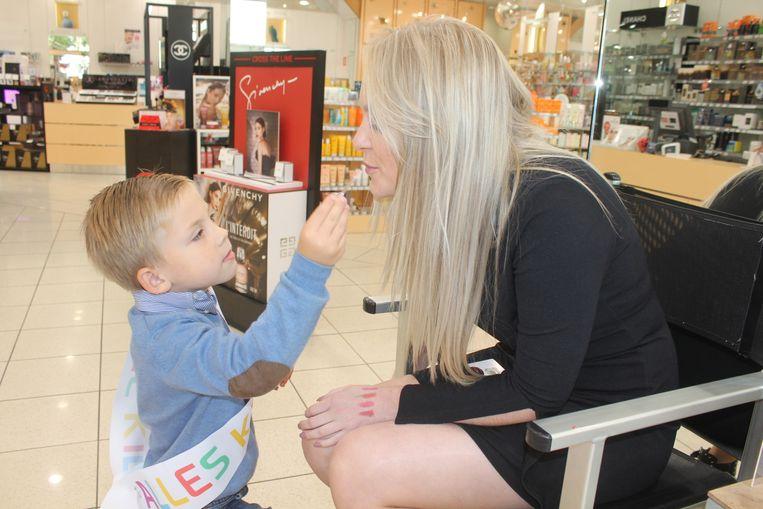 Alexander (4) mocht meewerken in de parfumwinkel.