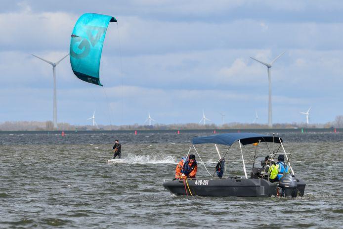 Vanuit de haven bij Horst vertrok zondag een sonarboot om onder water te zoeken naar de vermiste Ermeloër.