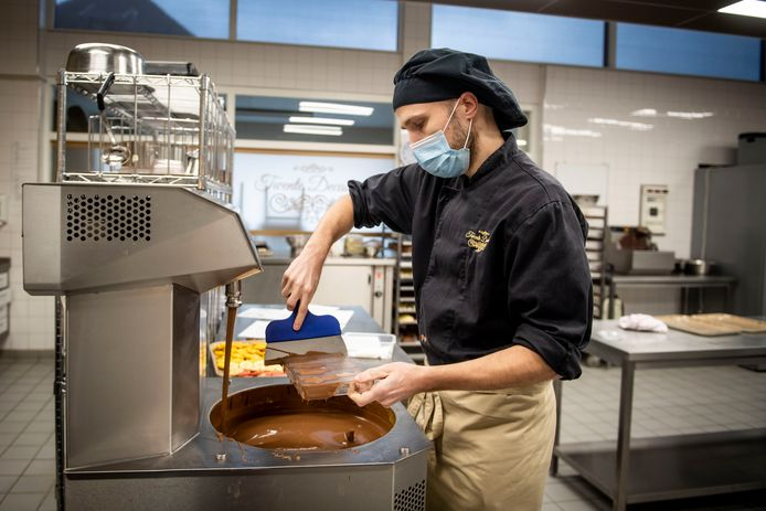 Wouter Aanstoot aan het werk om de chocoladewandeling voor te bereiden.