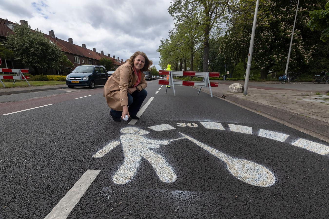 Eindhoven ED2021-11203 wethouder *Monique List* bij de snelheidsbeperkende wegmarkering in de Sint Bonifaciuslaan