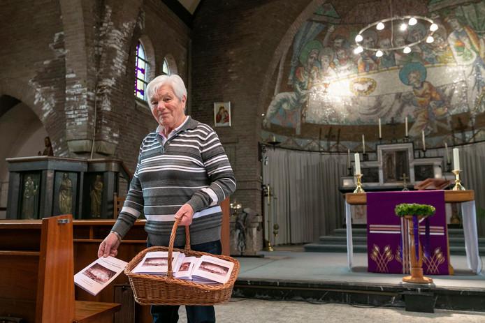 Annie van Roosmalen maakt de H. Catharina van Alexandrië kerk in Herpt gereed voor de laatste Eucharistieviering van gisteren.