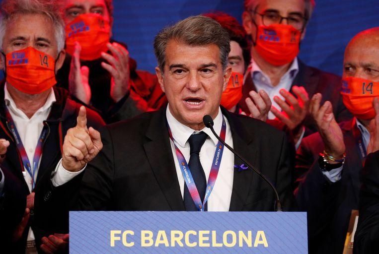 Joan Laporta meteen na zijn verkiezing tot voorzitter van FC Barcelona. Hij en zijn team droegen op de verkiezingsavond oranje mondkapjes met het nummer 14 als eerbetoon aan de vijf jaar geleden overleden Johan Cruijff. Beeld REUTERS