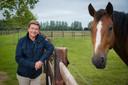 """Stephan Detry bij één van zijn paarden op zijn prachtige stoeterij in Sint-Joris, deelgemeente van Nieuwpoort: """"Nieuwpoort is mondain, maar Knokke en Saint-Tropez hebben - zonder daar een oordeel over te vellen - toch een hoger 'm'as tu vu'-gehalte."""""""