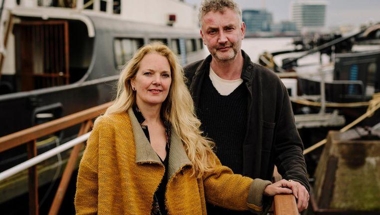 Esther Way en Huib Koel voor de oude GVB-pont die Koel kocht. 'Als we weg moeten, kunnen we het water op' Beeld Marc Driessen