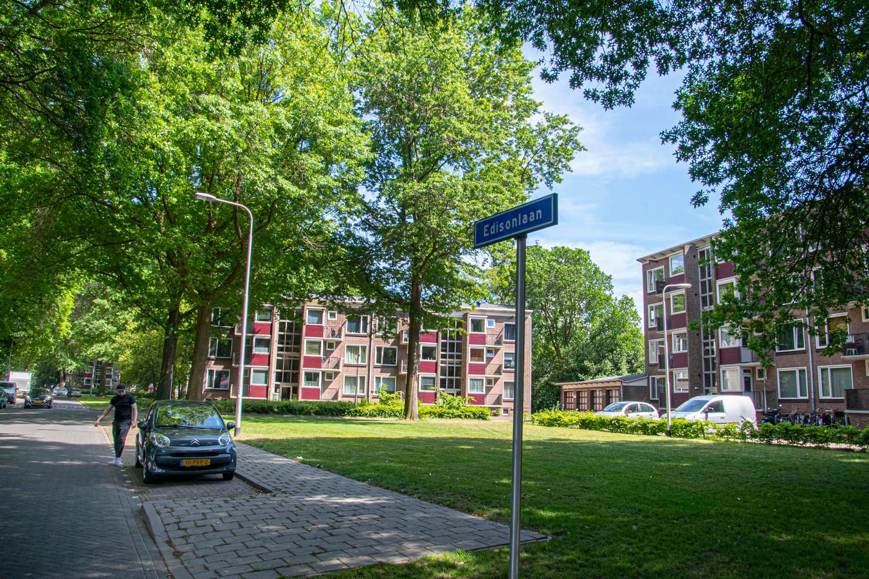 De portiekflats aan de Edisonlaan werden gebouwd in 1952 en 1953. De U-vormige flats verderop in de Generaal Smutslaan waren rond 1958 aan de beurt.