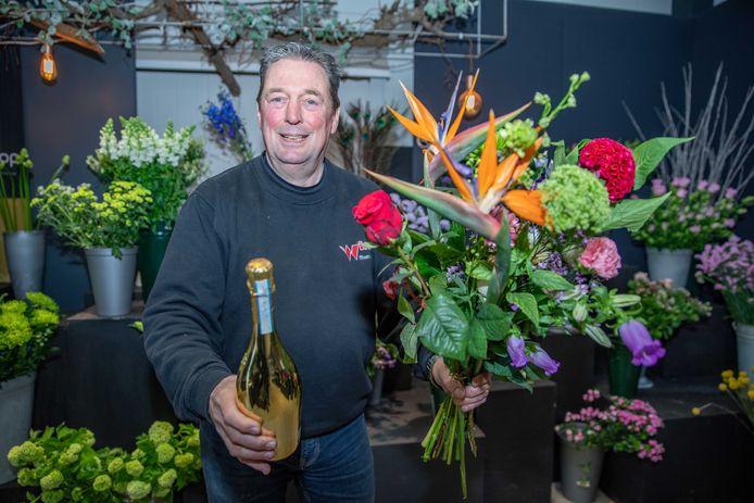 """Bloemist Jaap Wisse van Bloemisterij Wisse in Heinkenszand: ,,Mensen willen dit jaar een stapje extra zetten. We zien dat meer klanten een doosje bonbons, een prosecco of een fles wijn bij het boeket bestellen."""""""