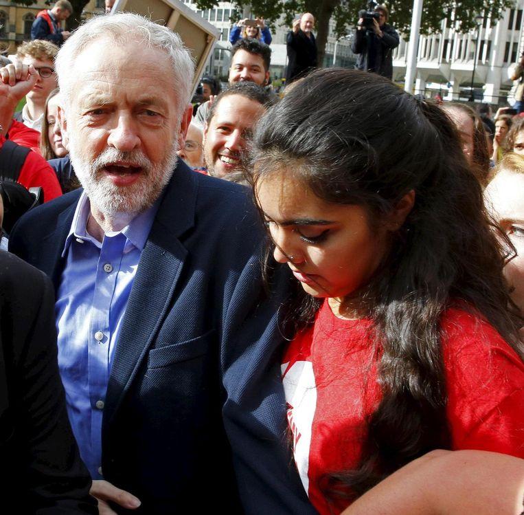 De buit is binnen. Jeremy Corbyn baant zich in Londen een weg naar de Labour-bijeenkomst waar de nieuwe partijvoorzitter wordt bekendgemaakt. Beeld reuters