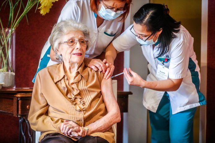 Lucienne Villey kreeg net als de 235 bewoners van het woonzorgcentrum het vaccin toegediend.
