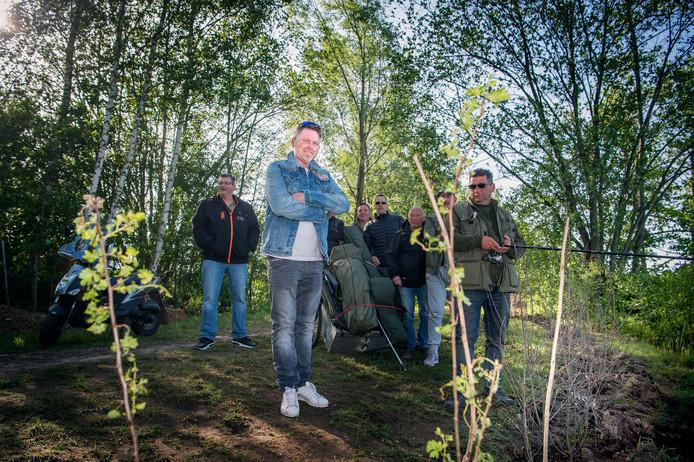 De Sportvisser-woordvoerder Maurice ter Brug, met enkele van zijn clubmaten. Rechts de jonge struikjesaanplant.