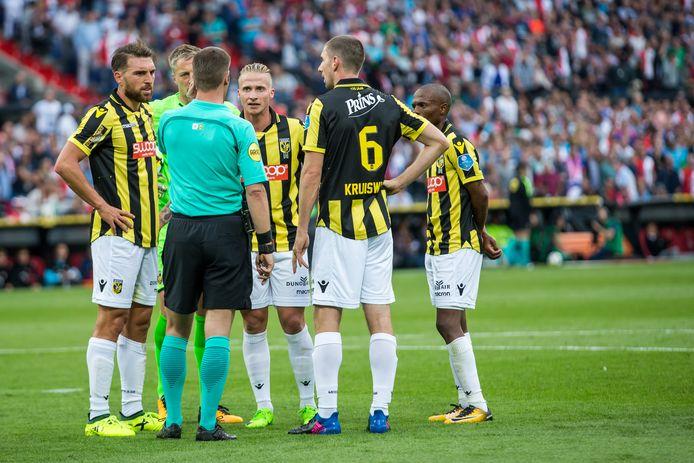 Spelers van Vitesse in gesprek met Danny Makkelie ivm de video ref.