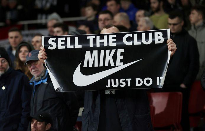 Многие фанаты «Ньюкасла» хотели бы, чтобы нынешний владелец Майк Эшли, один из которых «Ньюкасл» не очень успешен в спорте, продал клуб.