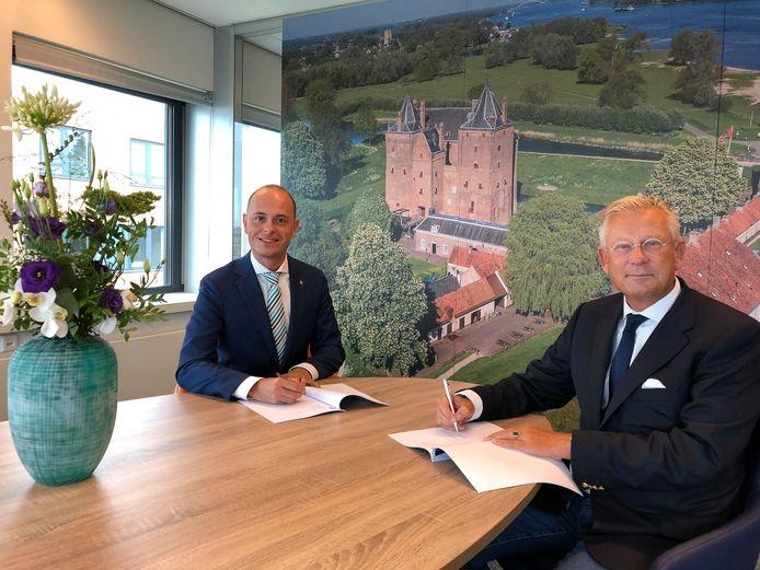Marc Janssen van Meld Misdaad Anoniem (links) en burgemeester Pieter van Maaren van Zaltbommel ondertekenen de samenwerkingsovereenkomst.