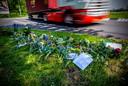 Bloemen op de Waalhavenweg in Rotterdam waar motoragent Arno 0- 7 juli om het leven kwam.