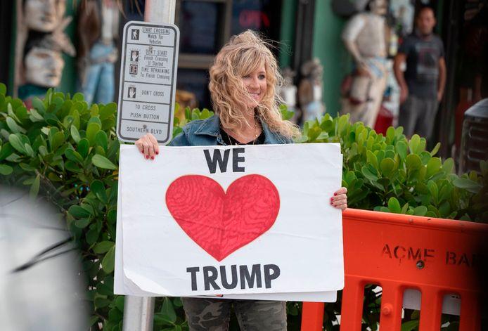 Op weg naar de luchthaven stonden voor- en tegenstanders van de president langs de weg.
