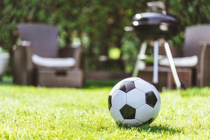 Een bal mag dus toch niet zomaar uit de tuin van de buren gehaald worden.