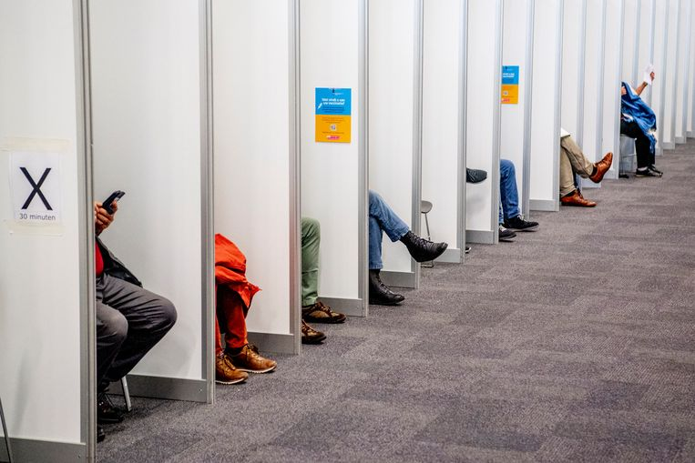 HOUTEN - Kwetsbare ouderen en mensen uit een risicogroep worden gevaccineerd met het BioNTech Pfizer vaccin tegen het coronavirus. Per dag komen er 900 mensen om zich te laten vaccineren  door de ggd regio utrecht . ANP / Hollandse Hoogte / ROBIN UTRECHT Beeld Hollandse Hoogte / Robin Utrecht
