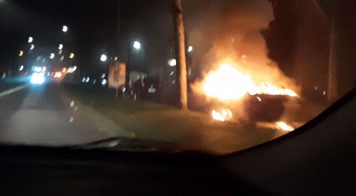 Rond 02.30 uur stond opnieuw een auto in brand op de Graafseweg.
