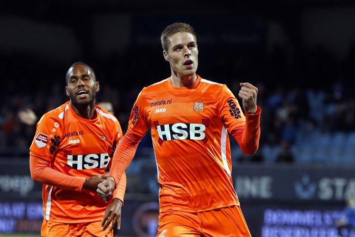 Teije ten Den juicht in het shirt van FC Volendam.