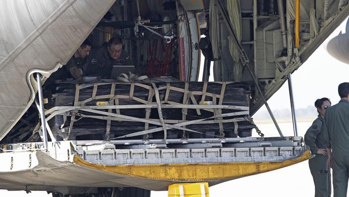 Medewerkers van de Spaanse overheid en luchtvaart laden twee militaire vliegtuigen uit waarmee de kostbare schat werd vervoerd.