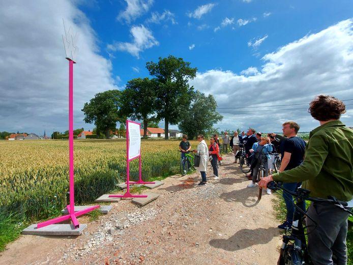 Kunstenfestival Watou werd vorig jaar verplaatst naar de zomer van 2021. Stad Poperinge en de curatoren van het Kunstenfestival Watou lanceerden in 2020 wel de dichtbundel 'Watou 2020, gedichten' en de fietsroute 'Gedichtenparcours Watou 2020'.