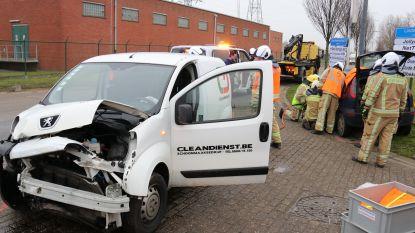 Brandweer bevrijdt bestuurder uit voertuig na negeren voorrang van rechts