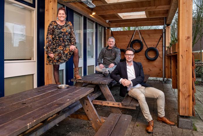 Buurthuis de Schelf krijgt een nieuwe kans met opvang jongeren. Beheerders Inge en Leon van Biezen met wethouder Mike Hofkens