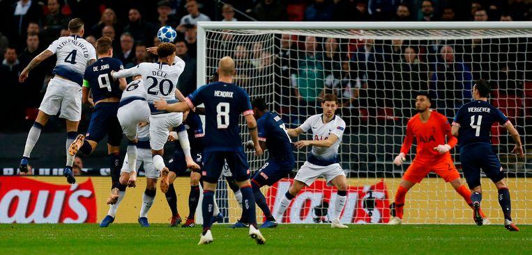 Luuk De Jong kopt de 0-1 machtig binnen.