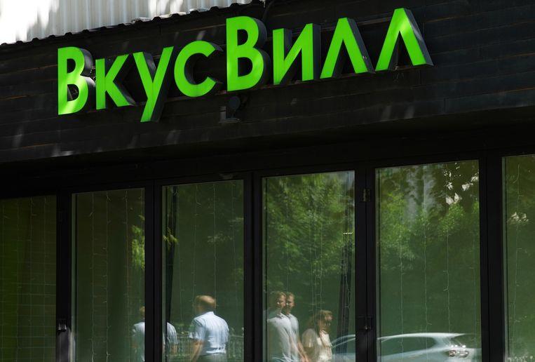 Het logo van VkusVill op een winkel in Moskou. Beeld REUTERS