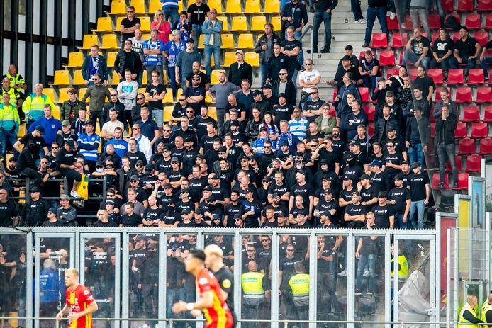Fans van PEC Zwolle, overwegend in het zwart gekleed.