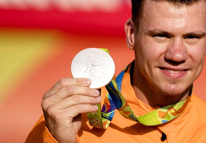 Jelle van Gorkom met zijn zilveren medaille.