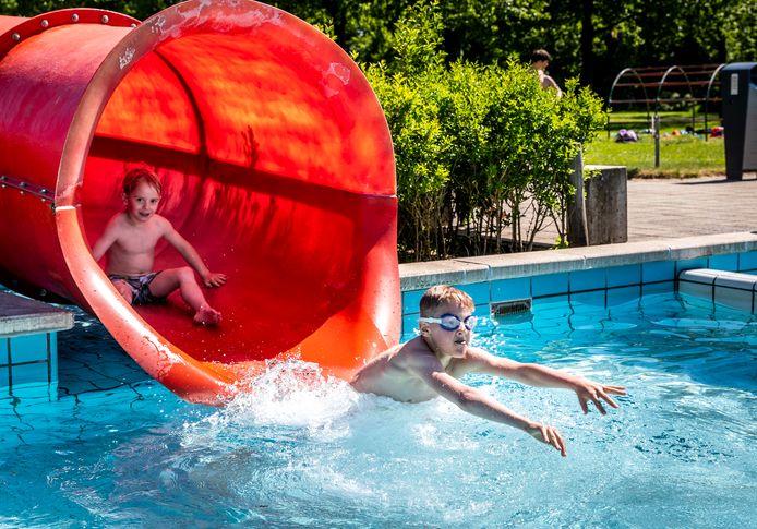 Someren ED2021-11392 Er kan weer gezwommen worden bij zwembad de Diepsteeckel in Someren.