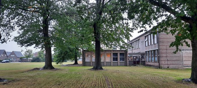 't Hageltje, voormalig buurthuis en langer geleden basisschool in de Schadewijk te Oss. Op het braakliggende terrein ernaast komen nieuwe koop- en huurwoningen.