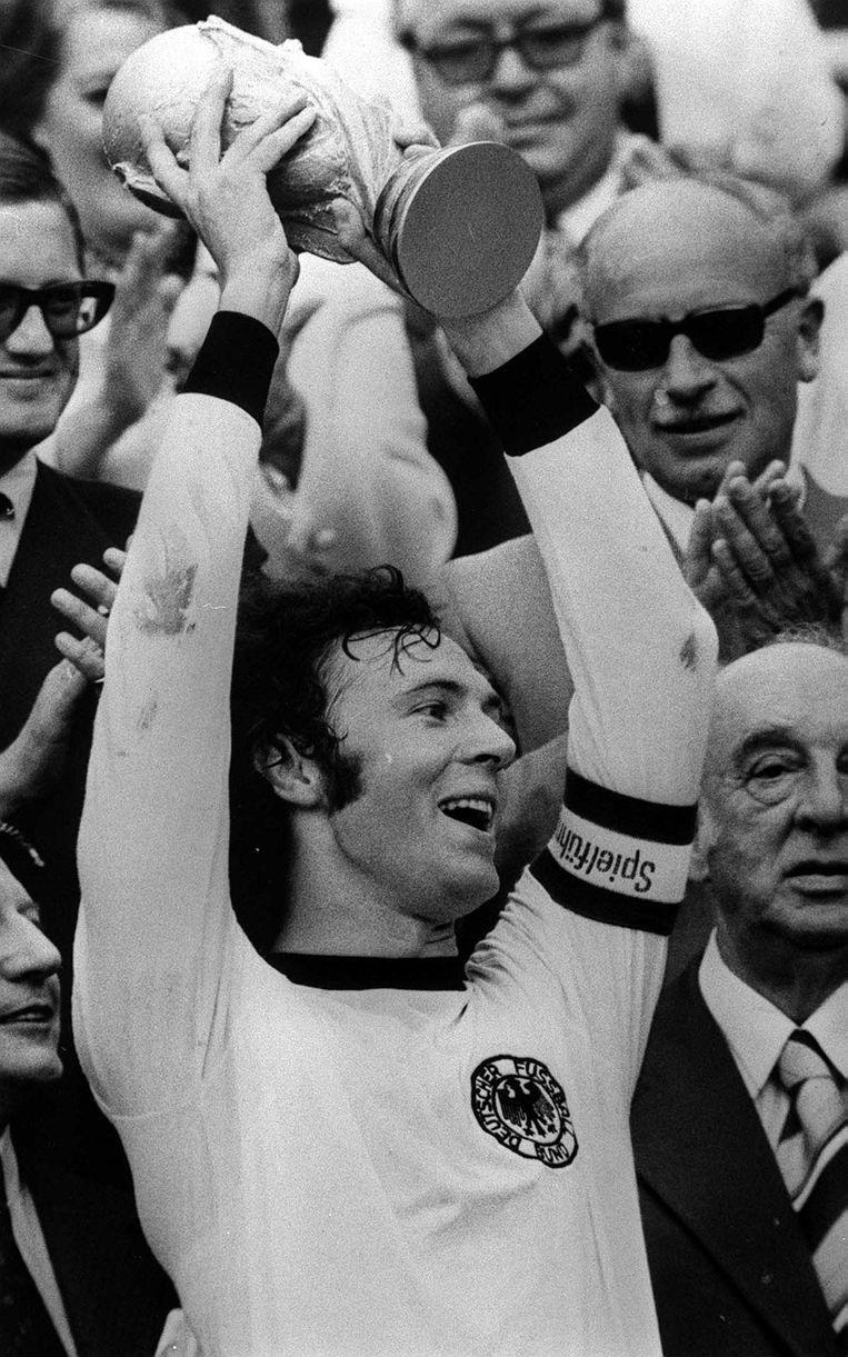 Aanvoerder van Die Mannschaft Franz Beckenbauer met de wereldbeker na de 2-1-winst tegen Nederland in München. Beeld Photo News
