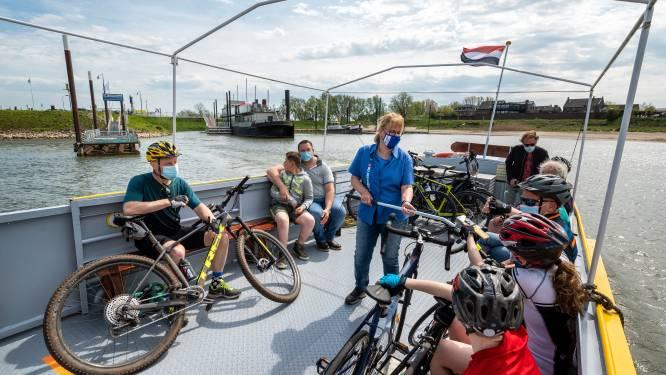 Tijdelijk fietspontje op Oude Maas tijdens werk aan Groene Kruisweg