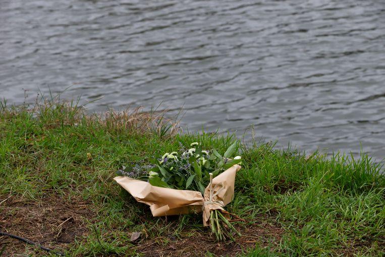 Iemand heeft bloemen gelegd bij het kanaal van Vilvoorde, de plaats des onheils. Frederik Vanclooster (21) moet in het water zijn gesukkeld na een nachtje fuiven in De Kruitfabriek.  Beeld BELGA