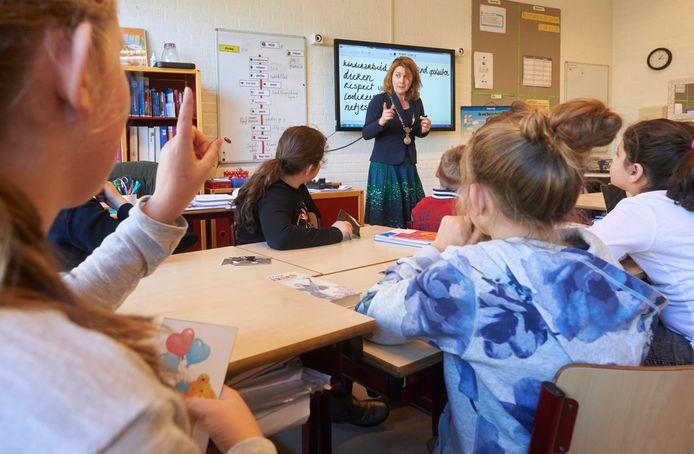 Sinds 2006 wordt de Week van Respect al in heel het land gehouden. Hier spreekt burgemeester Marieke Moorman van het Brabantse Bernheze een klas toe.