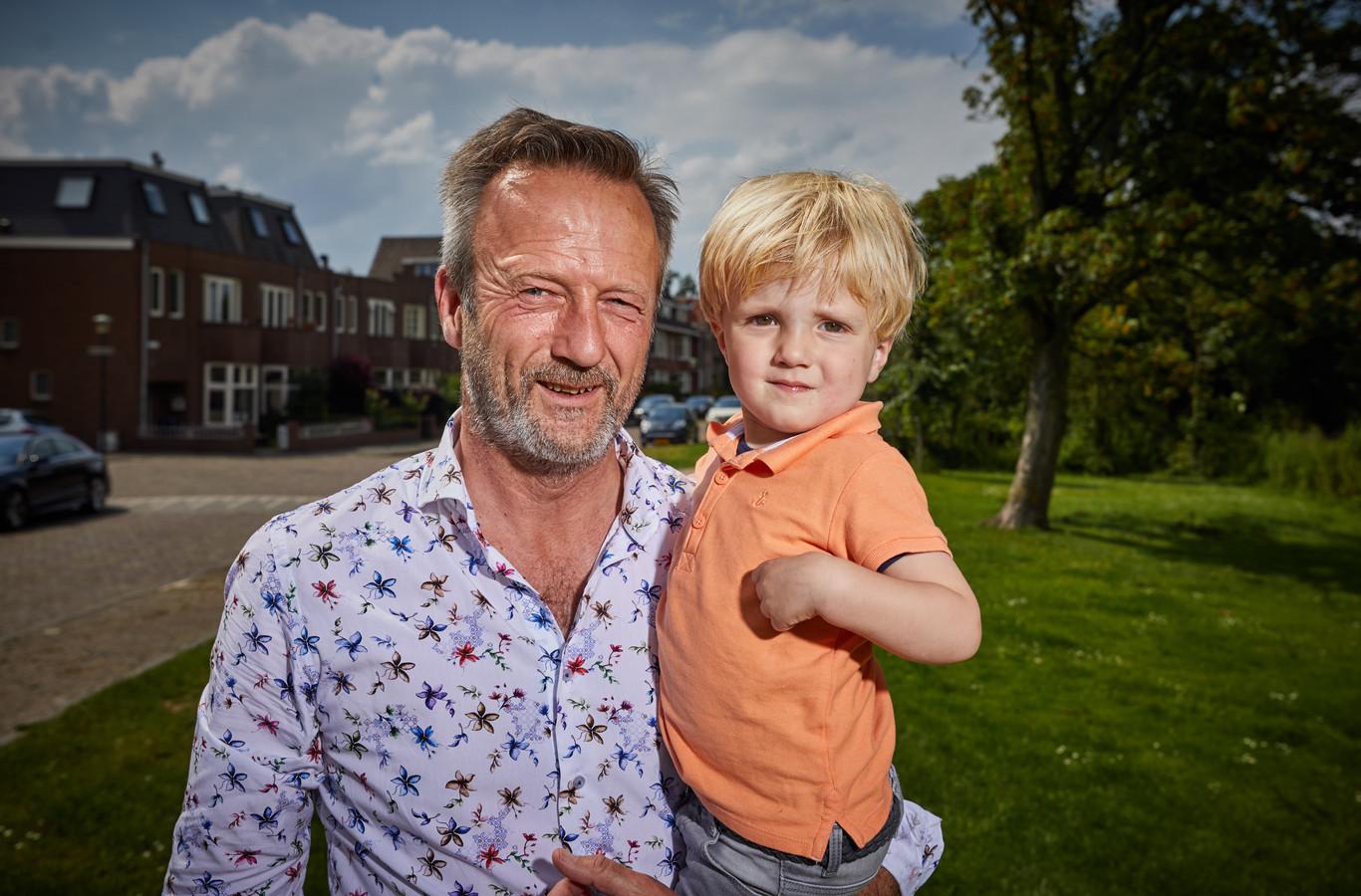 Mark Weststrate (55) met z'n zoontje Samuël (bijna 2).